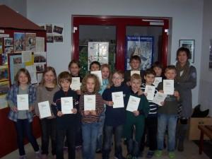Erfolgreichen Sportler mit der Sportbeauftragten der Schule Rosi Mühlbauer