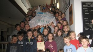 Die Schulmannschaft zeigt Flagge in Richtung Umweltschutz
