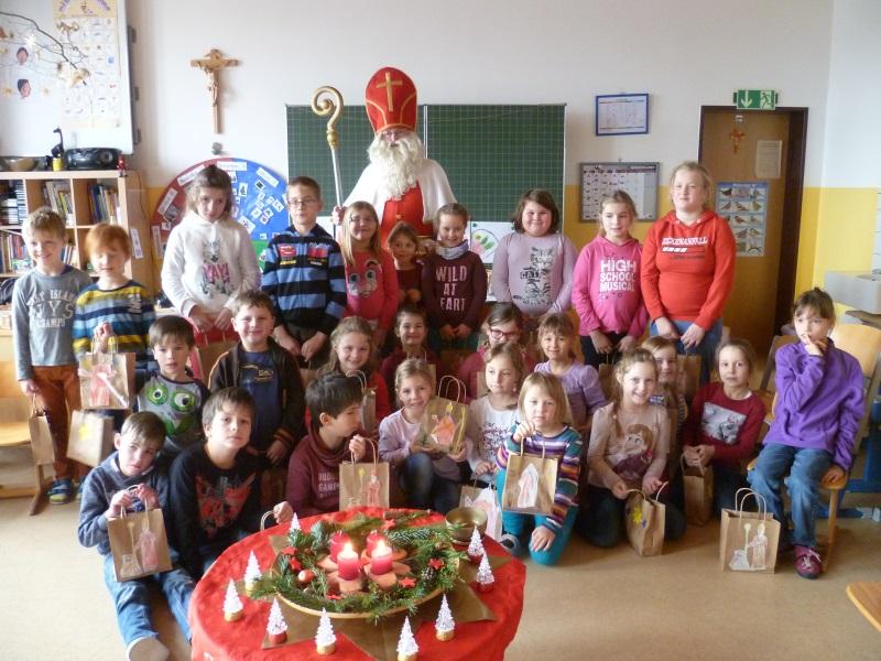 Die Arnschwanger Schüler mit dem Hl. Nikolaus