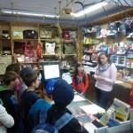 Frau Perlinger erklärte den Arnschwanger Grundschülern den Werdegang eines Buches