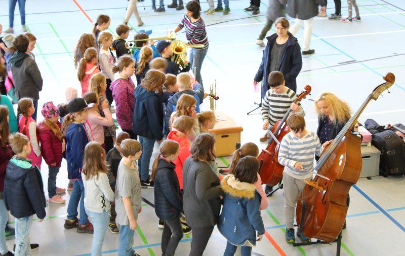 Die verschiedenen Musikinstrumente wie die Trompete oder den Kontrabass durften die Kinder auch selbst ausprobieren.